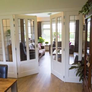Plaatsen glas-in-lood deuren in woonkamer - Bouwbedrijf T. Groters B.V.